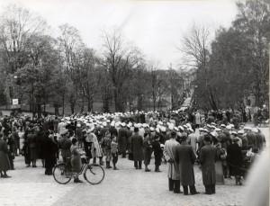 Folksamling Sista april utanför Carolina Rediviva, troligen på 1940-talet. Bilden från UUB:s samlingar.