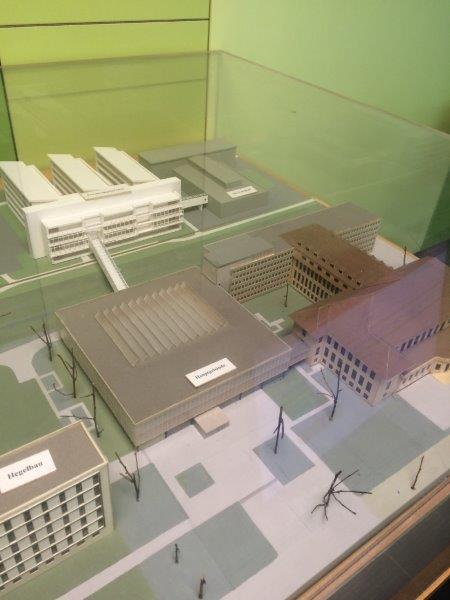 Modell av de fyra sammanlänkade huskropparna i Tübingens universitetsbibliotek.